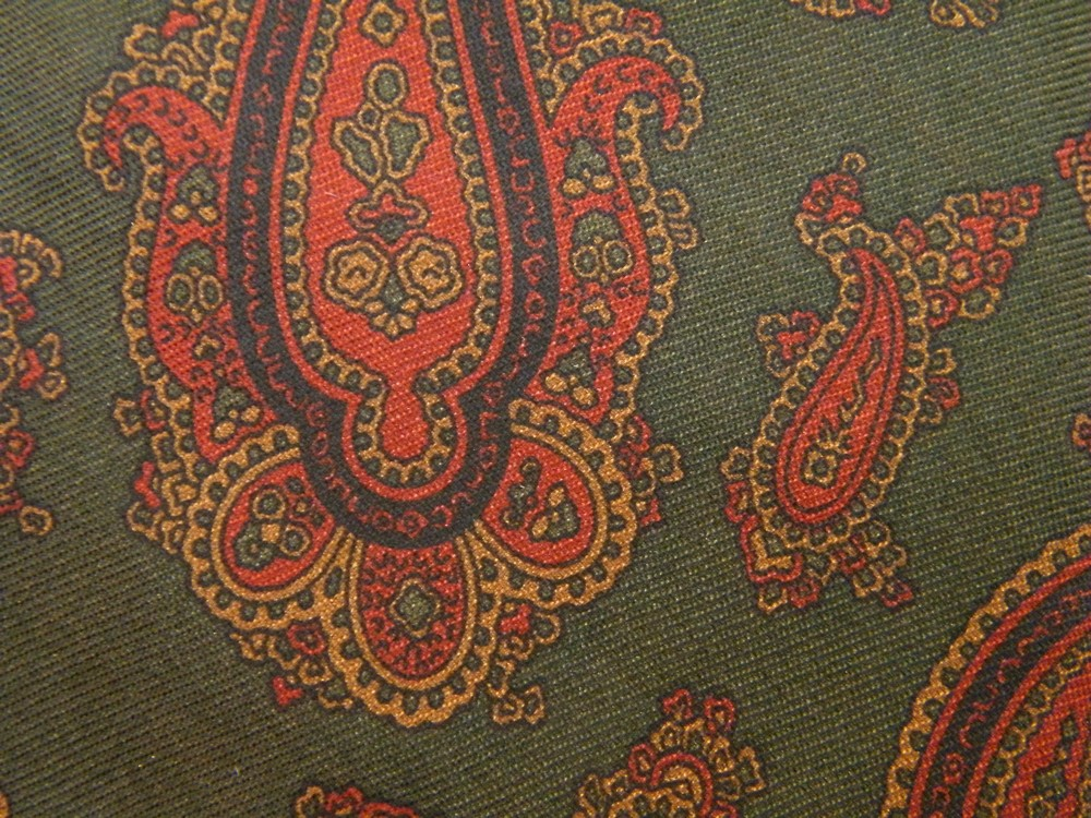 NARROW LANDS END FRAMED PAISLEY ART NOUVEAU FOREST GREEN RED SILK NECK TIE